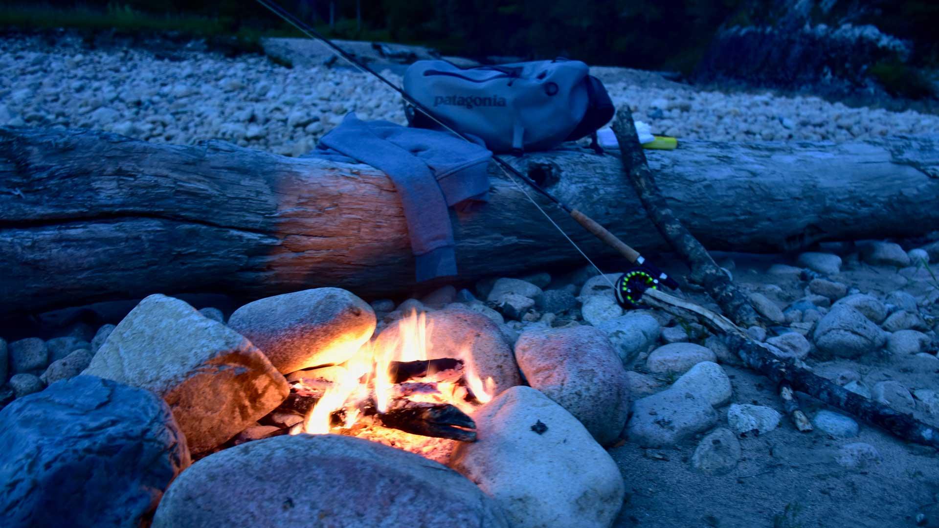Erholung am Lagerfeuer im Mañihuales Tal