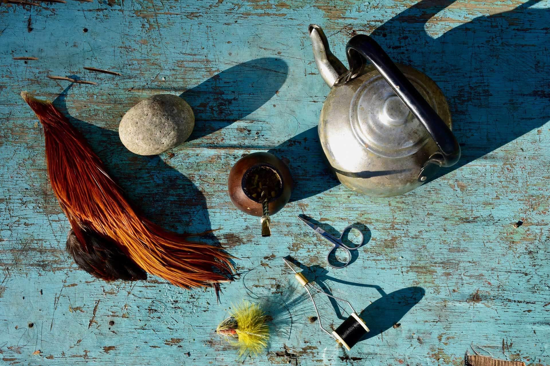 Stillleben mit Mate-Tee und Streamer am Frühstückstisch