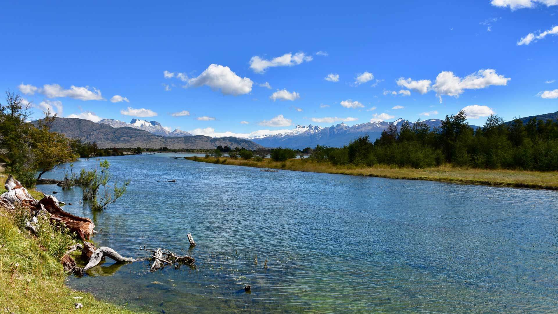 Die schöne Einmündung des Rio Cochrane in den Rio Baker