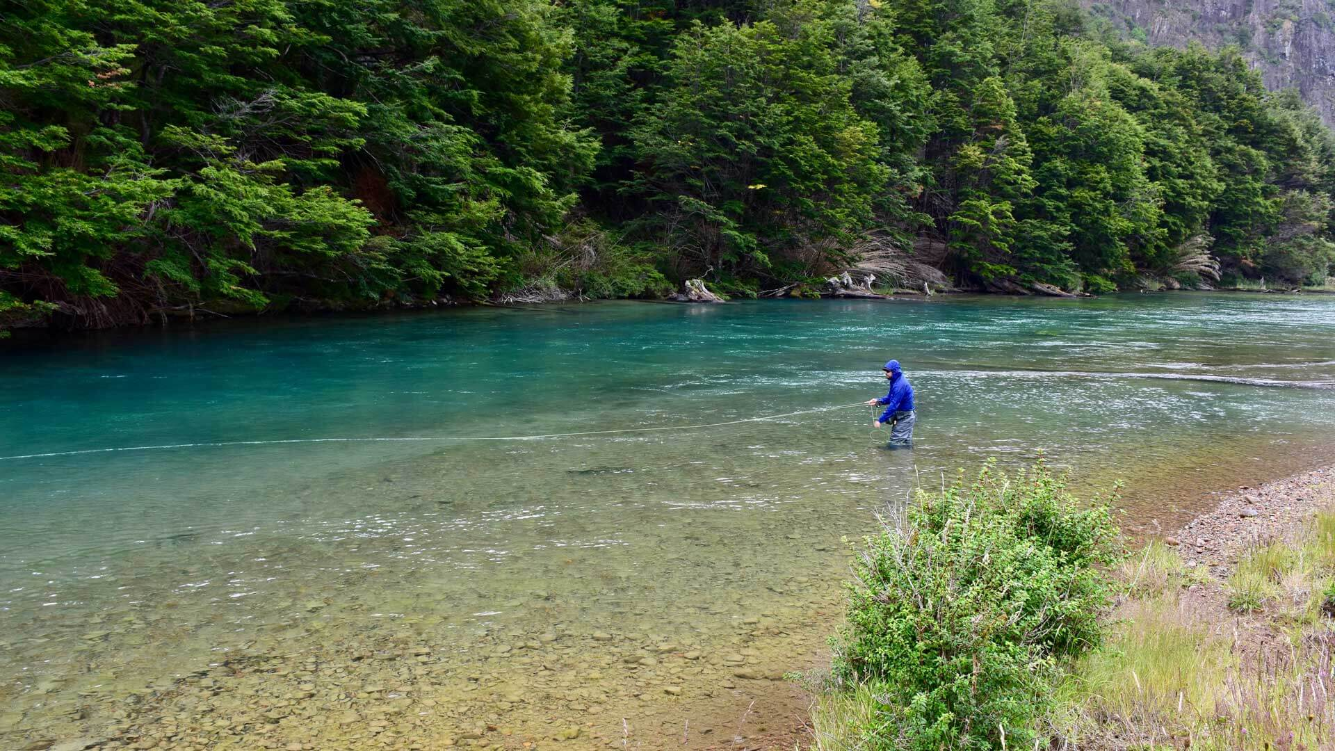 Jarvis fischt am türkisfarbenen Rio Mogote
